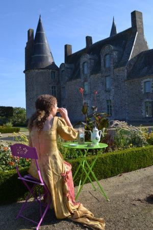 Dégustation de l'infusion de la Marquise, cour du château des Rochers