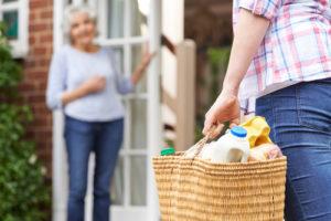 personne portant des courses pour une personne âgée