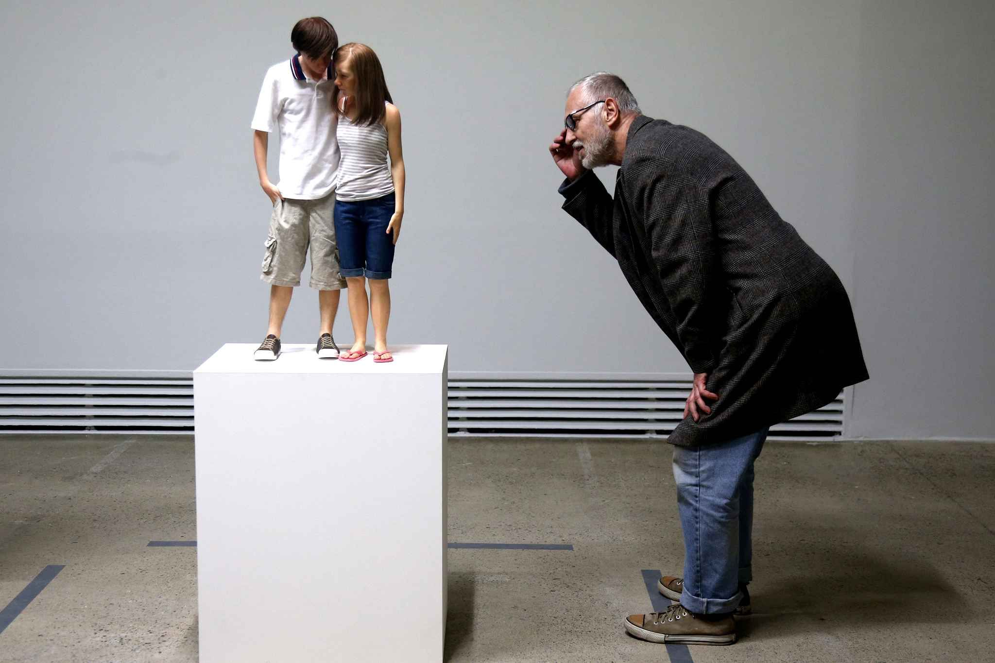 3. Ron Mueck, Young Couple, 2013, 89x43x23 cm).